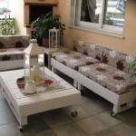 Le processus de construction d'un canapé en plein air avec des palettes