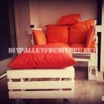 Canapé, table et tabouret construits avec des palettes