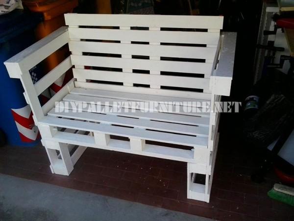 Canapé, table et tabouret construits avec des palettes 2