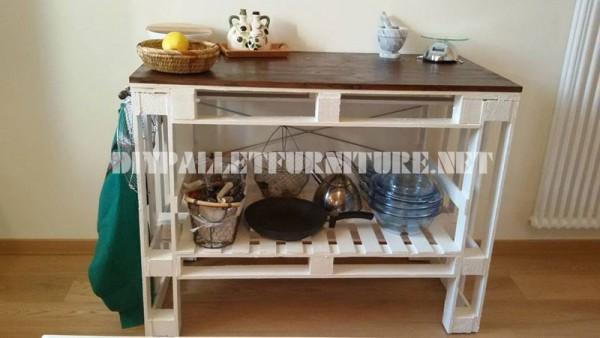 Canapé, table et tabouret construits avec des palettes 3