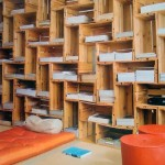 Spectaculaire bibliothèque construite avec des boîtes de fruits