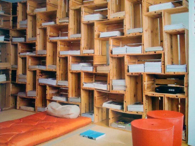 spectaculaire biblioth que construite avec des bo tes de fruitsmeuble en palette meuble en palette. Black Bedroom Furniture Sets. Home Design Ideas