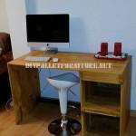 Table de bureau classique et simple avec des palettes