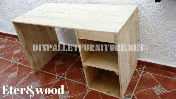 Table de bureau classique et simple avec des palettes 2