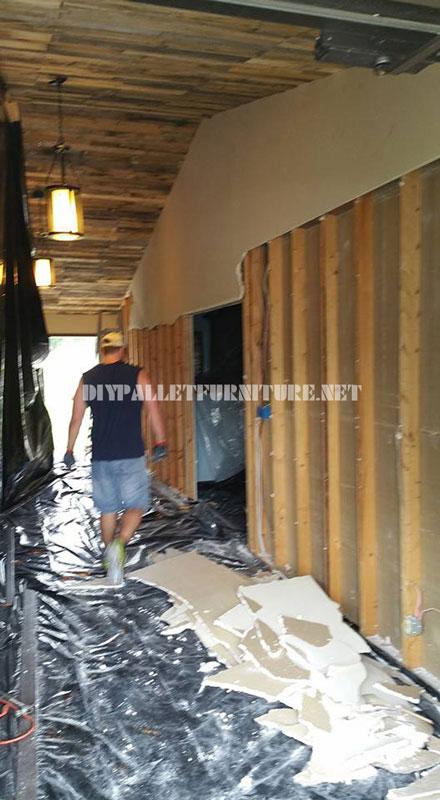 vid o de l application d un plafond garni de palettesmeuble en palette meuble en palette. Black Bedroom Furniture Sets. Home Design Ideas