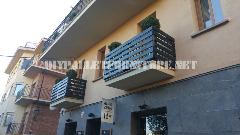 balcon couvert de palettesmeuble en palette meuble en palette. Black Bedroom Furniture Sets. Home Design Ideas