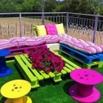 Jardin coloré avec des palettes