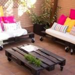 Petite terrasse meublée uniquement avec palettes