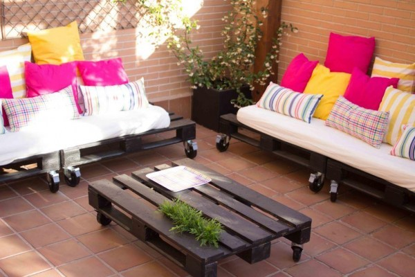 Petite terrasse meublée uniquement avec palettes 1