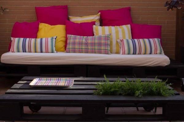 Petite terrasse meublée uniquement avec palettes 2