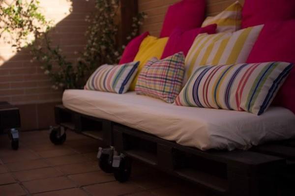 Petite terrasse meublée uniquement avec palettes 3