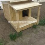 Plusieurs maisons de chien faites de planches de palettes