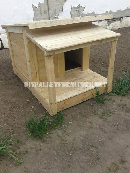 Plusieurs maisons de chien faites de planches de palettes 1