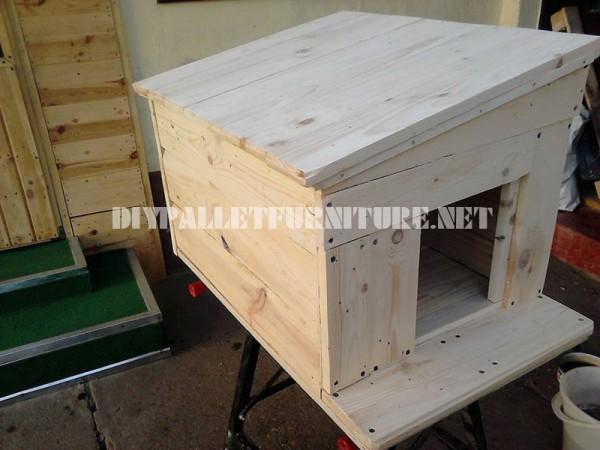 Plusieurs maisons de chien faites de planches de palettes 4