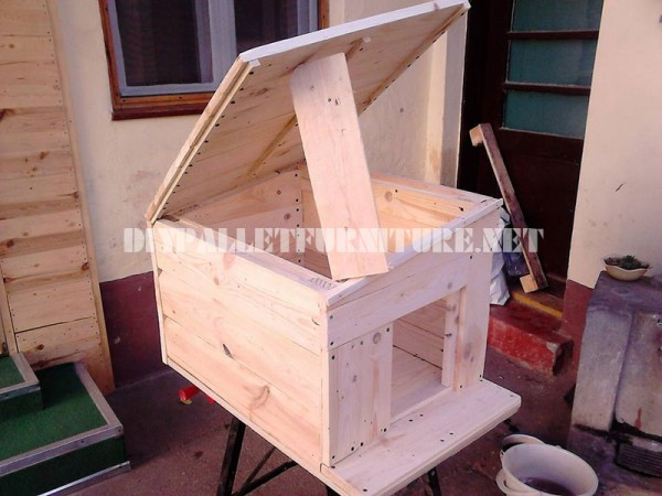 Plusieurs maisons de chien faites de planches de palettes 5