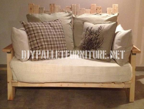 Salon meublé avec des meubles de palettes 3