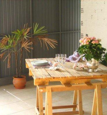 Table avec une palette et chevalets