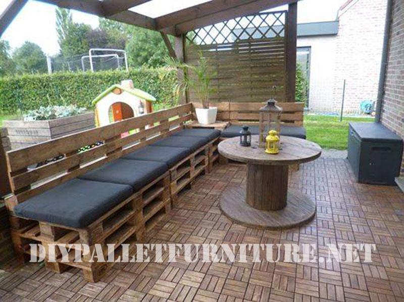 Terrasse meublée avec des palettes et une bobine en bois
