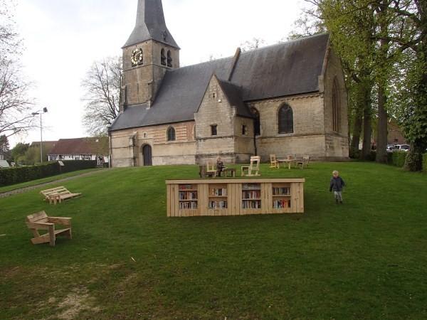 Bibliothèque extérieure construite avec des palettes 2