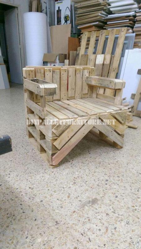 Chaise construite avec des palettesmeuble en palette meuble en palette for Chaise de jardin en palette