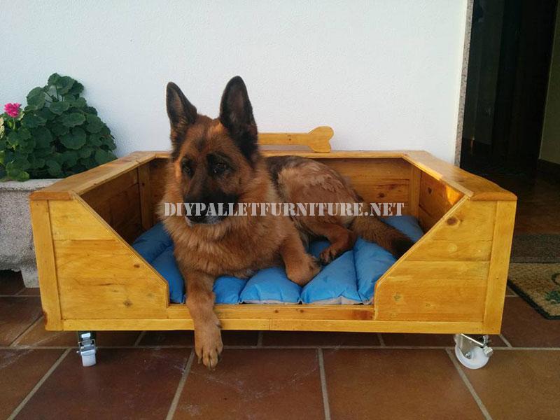 grand lit de chien avec des palettesmeuble en palette meuble en palette. Black Bedroom Furniture Sets. Home Design Ideas