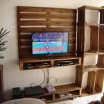 Meuble TV construit à l'aide des palettes et des boîtes de fruits