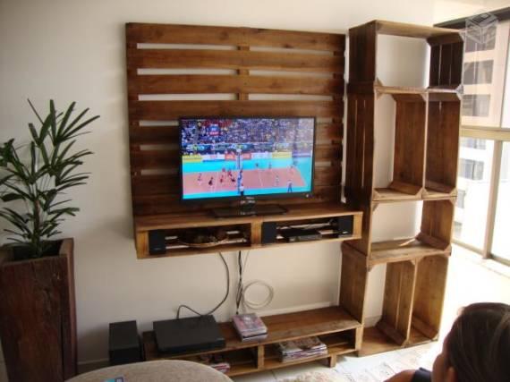 Meuble TV construit à l'aide des palettes et des boîtes de fruits 1