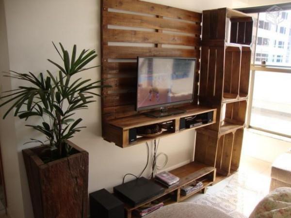 Meuble TV construit à l'aide des palettes et des boîtes de fruits 2