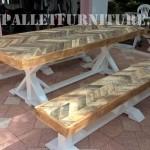 Table d'extérieur et des bancs faits de palettes
