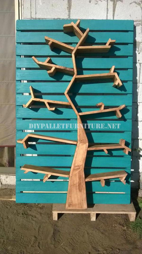 Étagères avec la forme d'un arbre en palettes