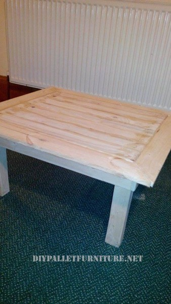 Étagères et une table de palettes pour le salon 4