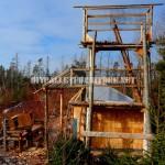 Atalaya faite de rondins et de bois de récupération