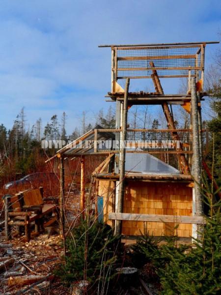 Atalaya faite de rondins et de bois de récupération 1