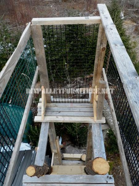 Atalaya faite de rondins et de bois de récupération 3