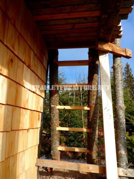 Atalaya faite de rondins et de bois de récupération 5