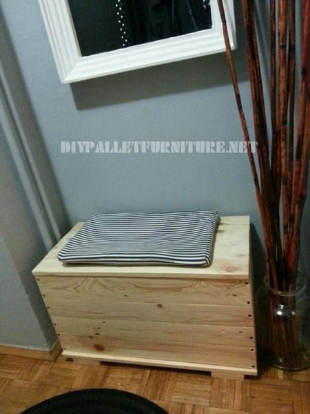 Coffre et le siège faits avec des planches de palettes 1