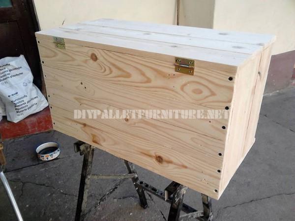 Coffre et le siège faits avec des planches de palettes 3