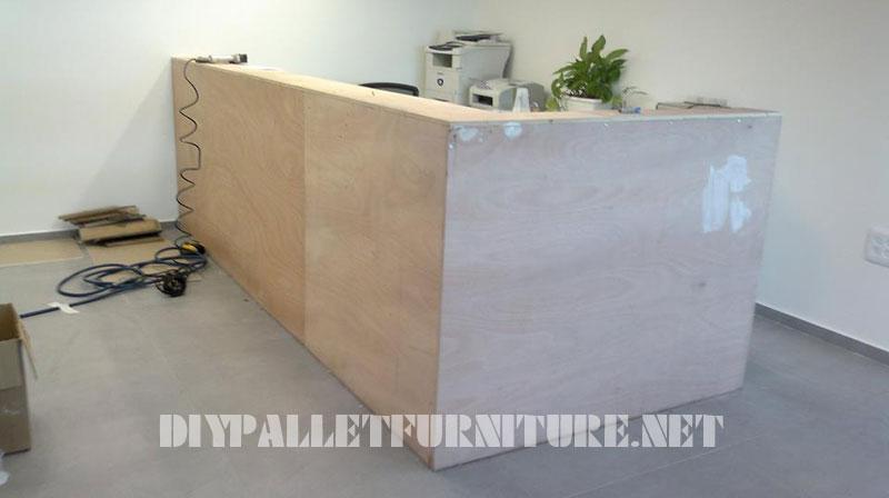 Mobilier pour réception tapissé de planches de palettes 2