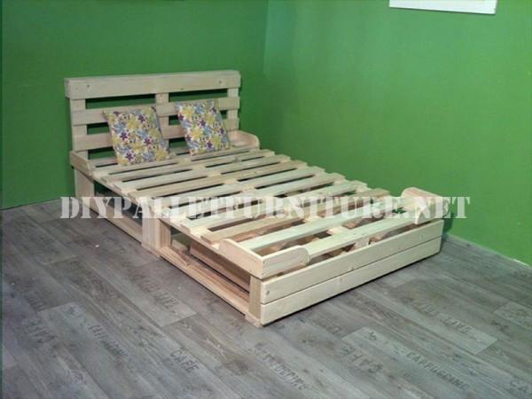 Structure de lit avec des tiroirs faits de palettes 2