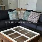 Table construite avec des palettes et une fenêtre
