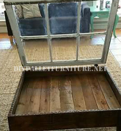 Table construite avec des palettes et une fenêtre 3
