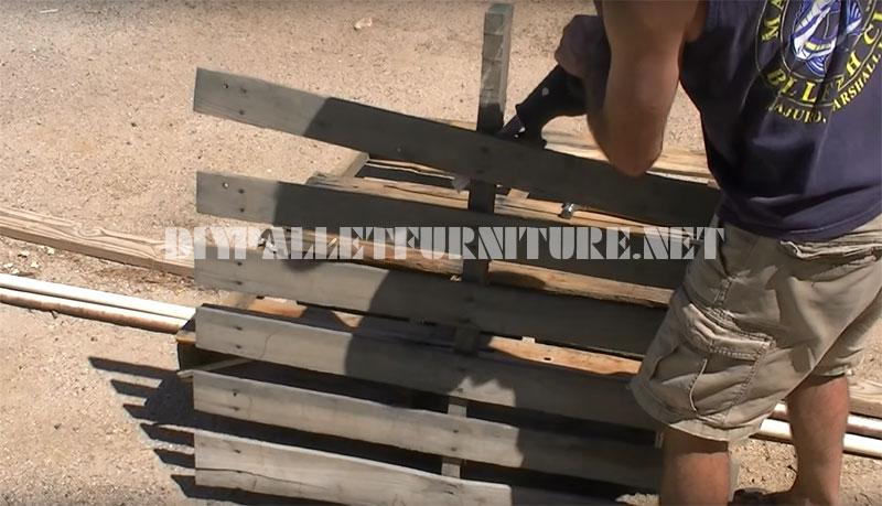 Vidéo de la façon de construire un banc avec seulement 3 palettes 2