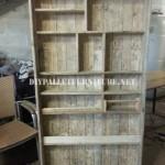 Bibliothèque faite avec palettes planches