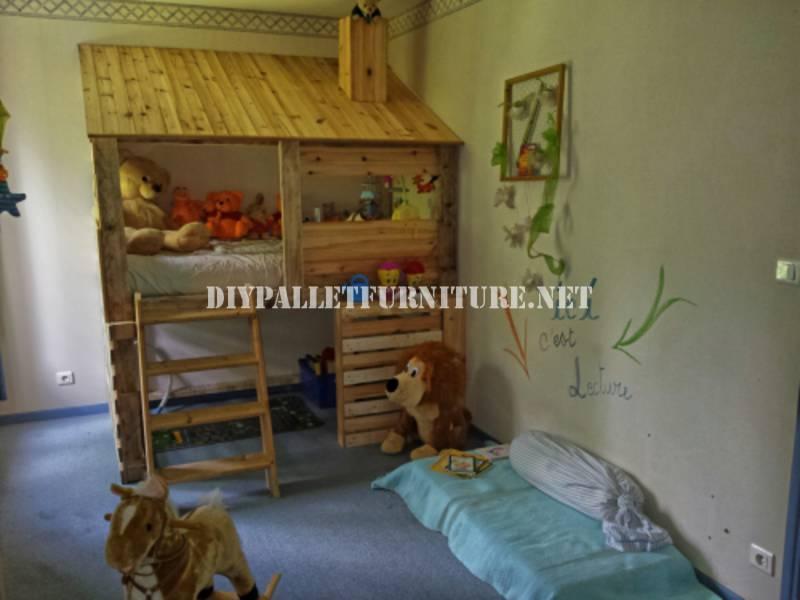 cabane construite avec des palettes pour une chambre d. Black Bedroom Furniture Sets. Home Design Ideas