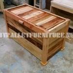 Coffre en bois et un banc construit avec palettes planches