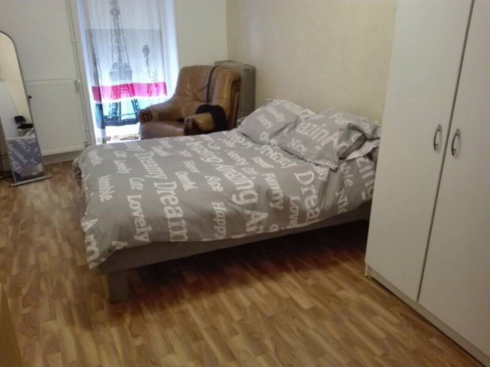 cadre de lit fait avec des palettes 1meuble en palette meuble en palette. Black Bedroom Furniture Sets. Home Design Ideas
