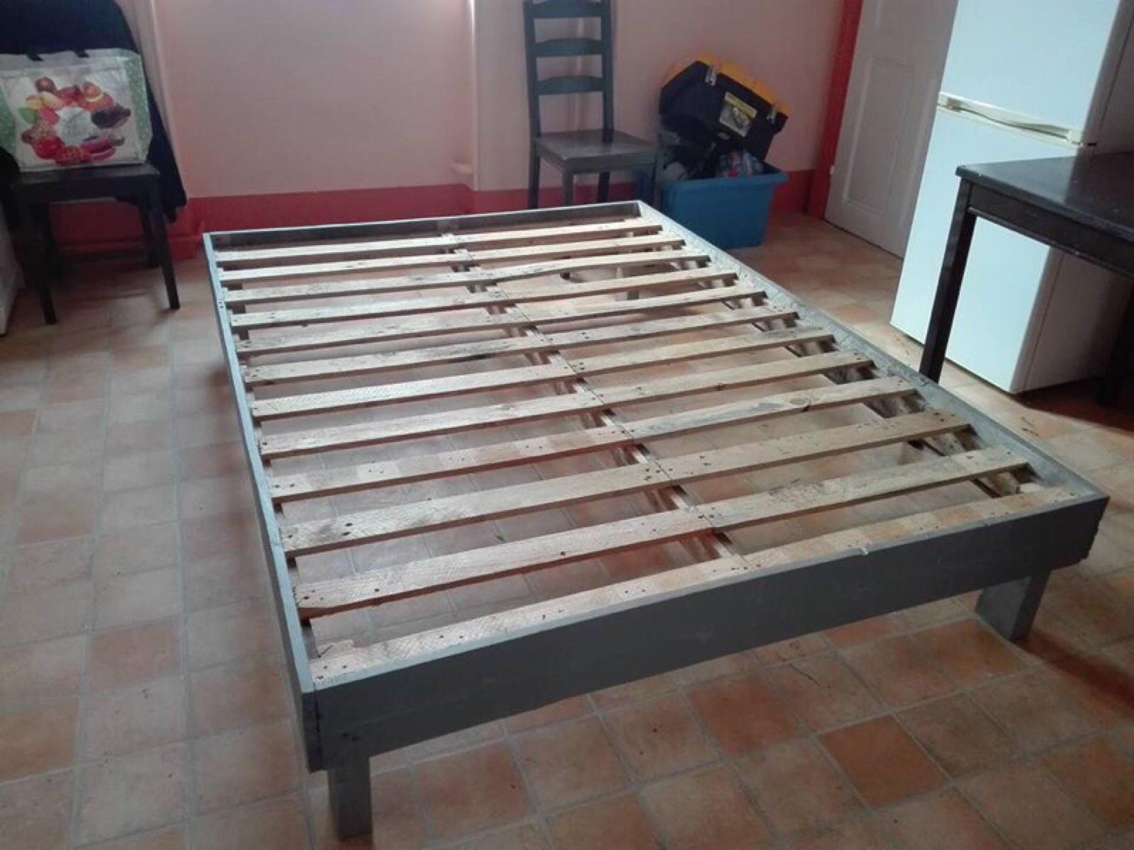 cadre de lit fait avec des palettes 2meuble en palette meuble en palette. Black Bedroom Furniture Sets. Home Design Ideas