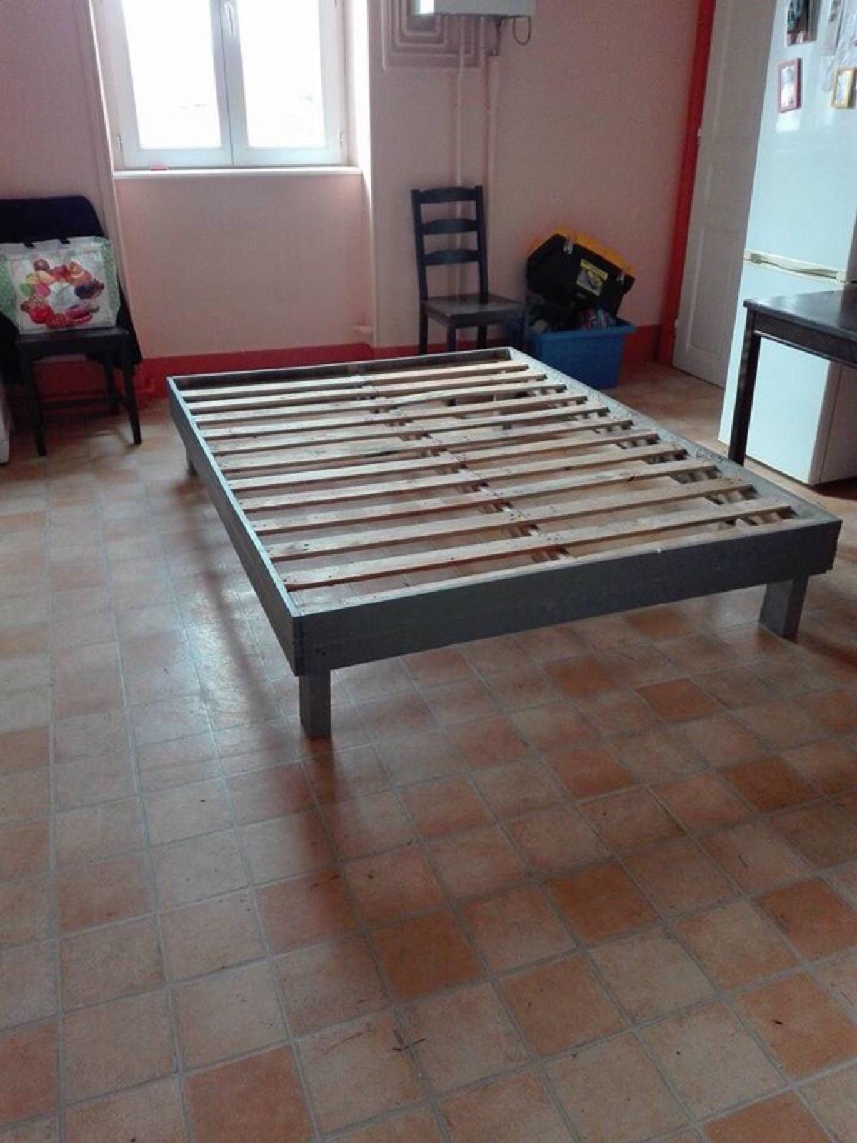 cadre de lit fait avec des palettes 3meuble en palette meuble en palette. Black Bedroom Furniture Sets. Home Design Ideas