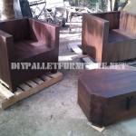 Les fauteuils et table tronc avec des palettes
