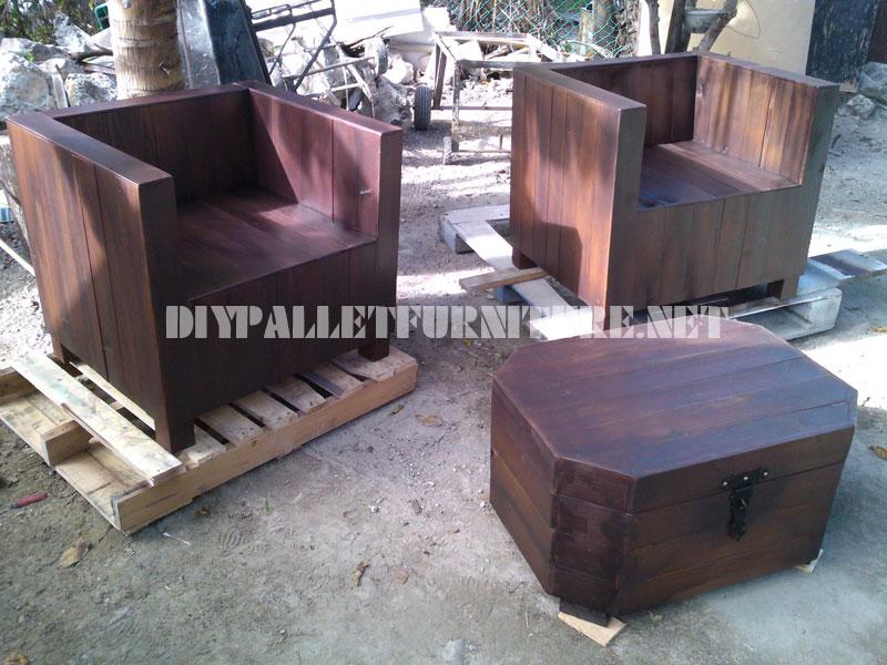 Les fauteuils et table tronc avec des palettes 1